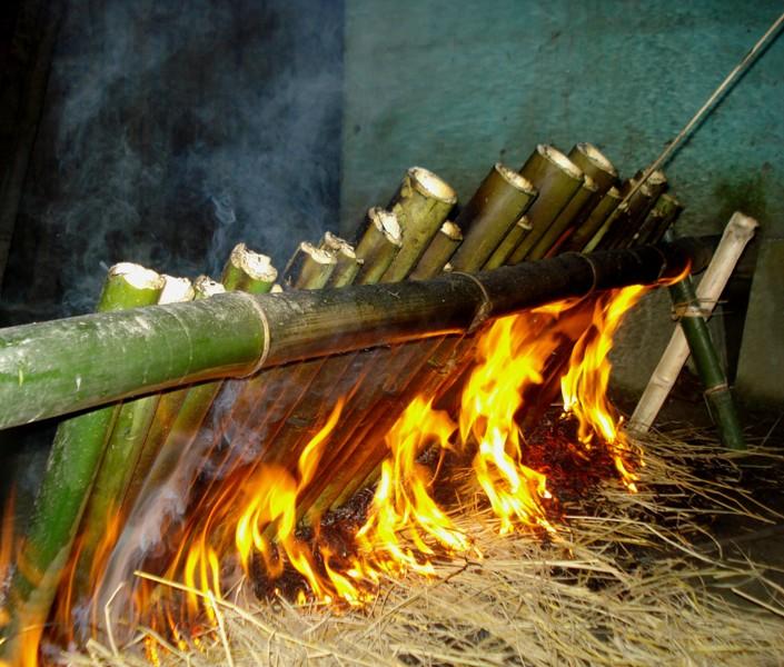 5preparing by heating the rice stuffed bamboo cake